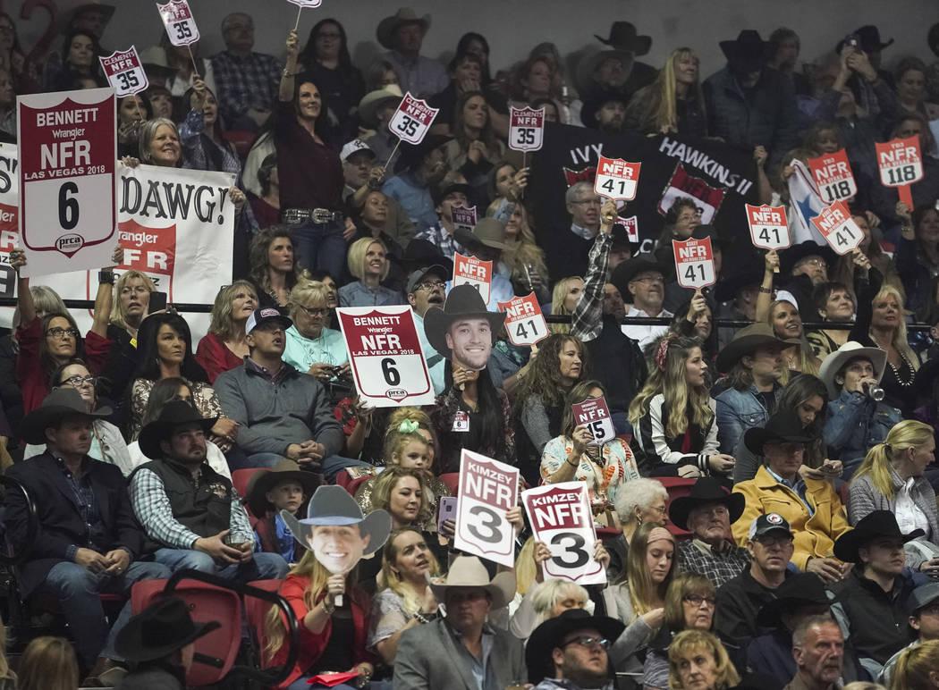 Los espectadores animan durante la octava ronda de las NFR en el Thomas & Mack Center en Las Ve ...