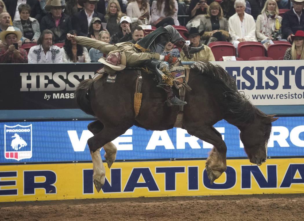 Will Lowe de Canyon, Texas (120) compite en el evento de montar a pelo durante la octava ronda ...