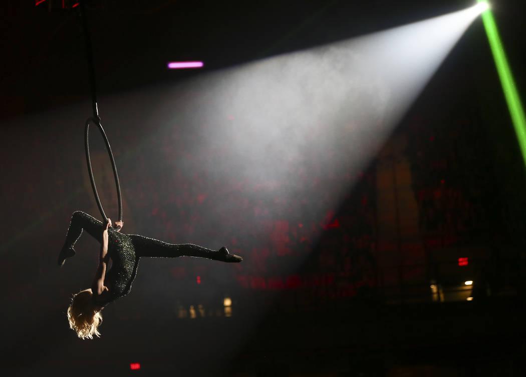 Un trapecista se presenta durante la noche de apertura de las NFR en el Thomas & Mack Center en ...