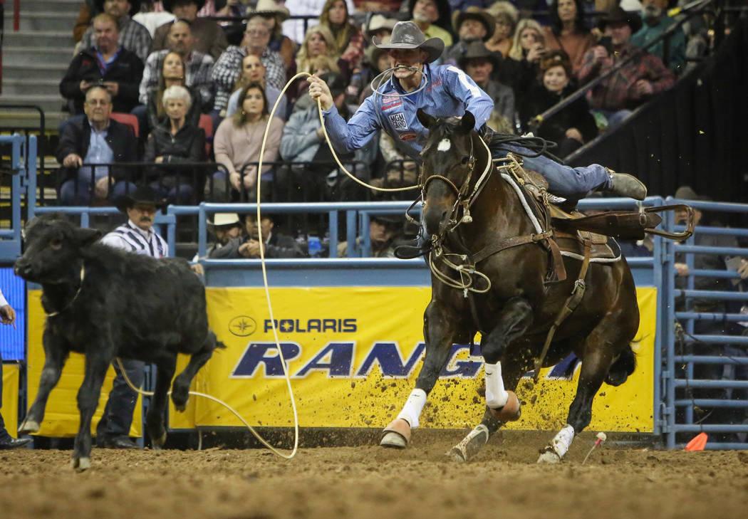 Tuf Cooper de Decatur, Texas (1) compite en amarres durante la décima ronda de las NFR en el T ...