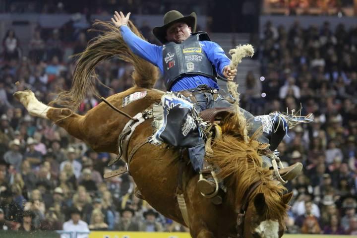 Jake Wright de Milford, Utah, compite en un evento durante la décima ronda de las NFR en el Th ...