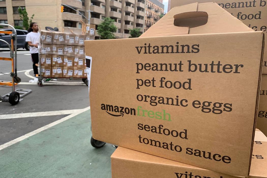 En esta fotografía del 16 de junio de 2019, se muestran cajas de entregas de Amazon Fresh. (AP ...
