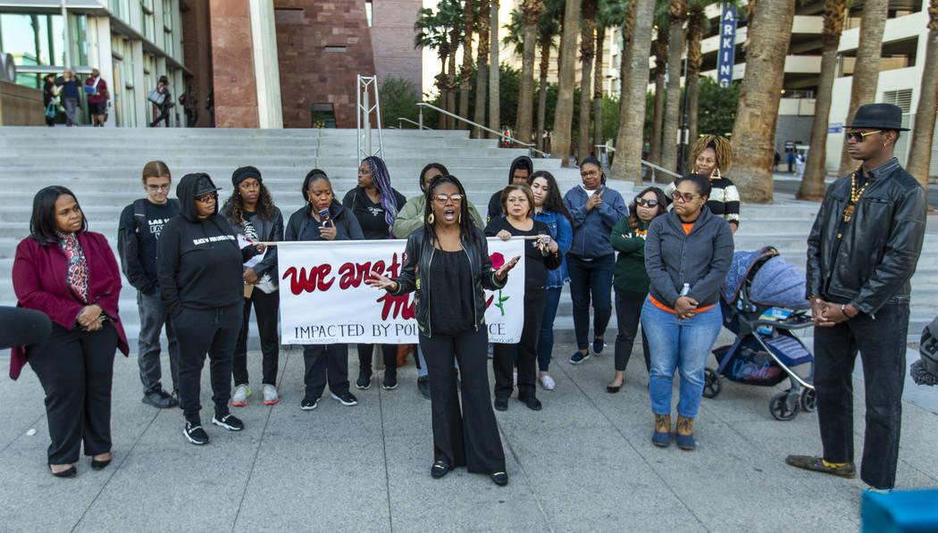 Marcie Wells habla durante el mitin del Día Nacional de la Indignación frente al Centro de Ju ...