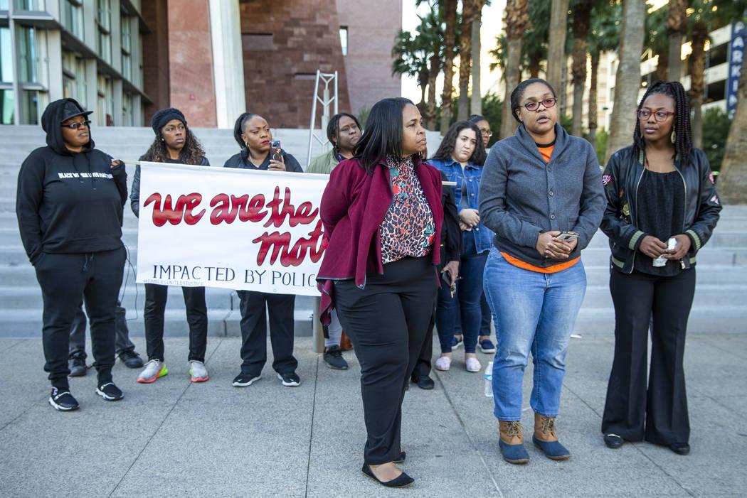 Kelly Williams habla durante el mitin del Día Nacional de Indignación frente al Centro de Jus ...