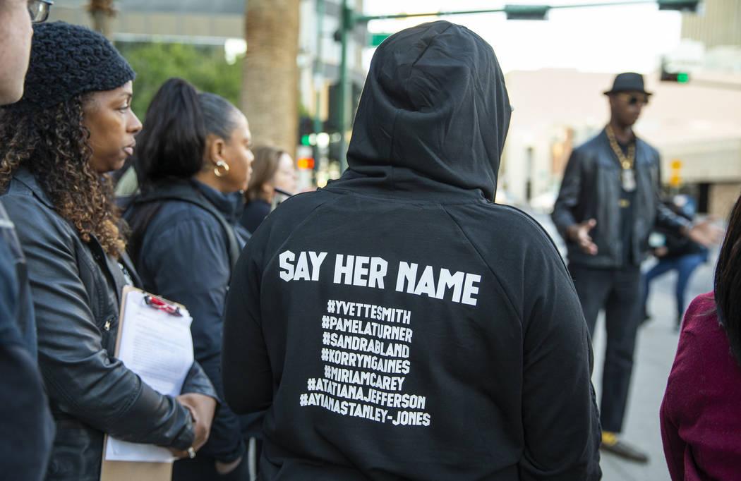 Se leen los nombres de las mujeres asesinadas por agentes de policía durante la manifestación ...