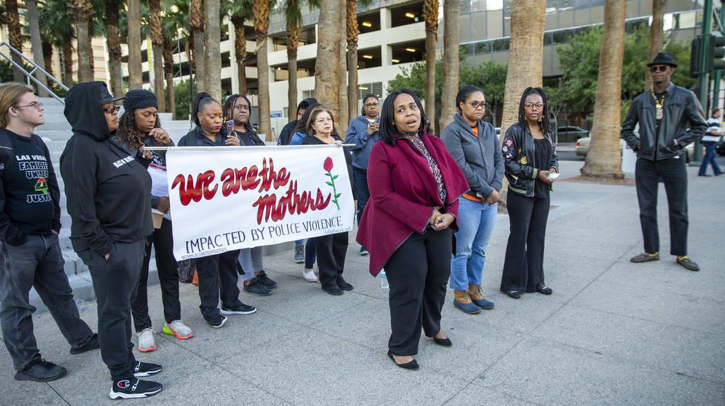 Sheila Collins, izquierda, habla durante el mitin del Día Nacional de Indignación frente al C ...