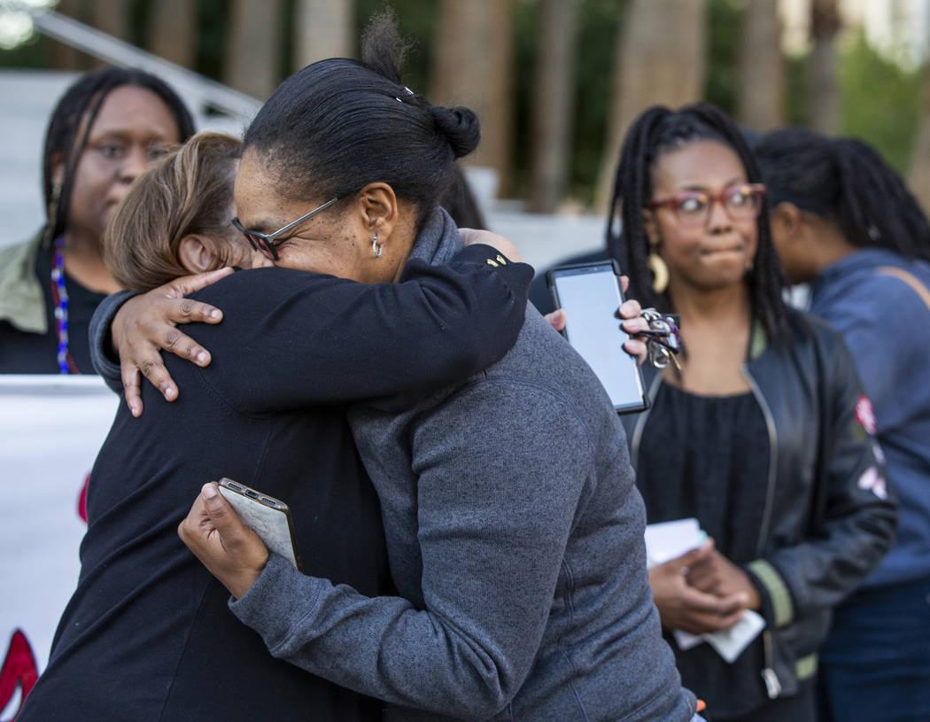 Kelly Williams, derecha, es abrazada por Alma Chávez después de hablar durante el mitin del D ...