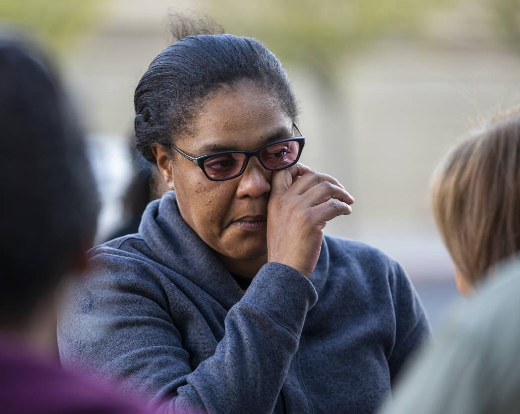 Kelly Williams se limpia una lágrima mientras habla durante el mitin del Día Nacional de Indi ...