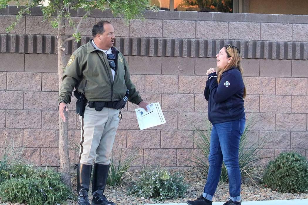 Un oficial de policía de Las Vegas habla con uno de los conductores involucrados en un acciden ...