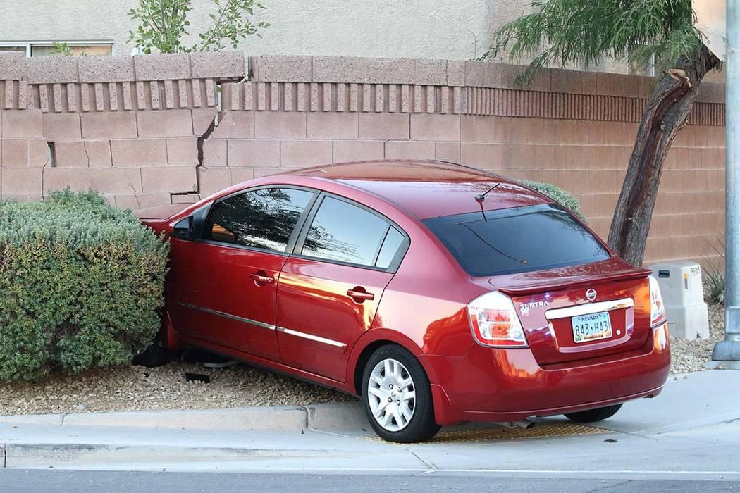 La policía de Las Vegas investiga después de que dos adolescentes que esperaban un autobús e ...