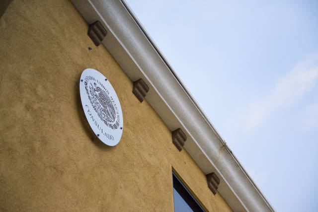 ARCHIVO.- El escudo oficial de México luce al frente del edificio del Consulado de ese país e ...
