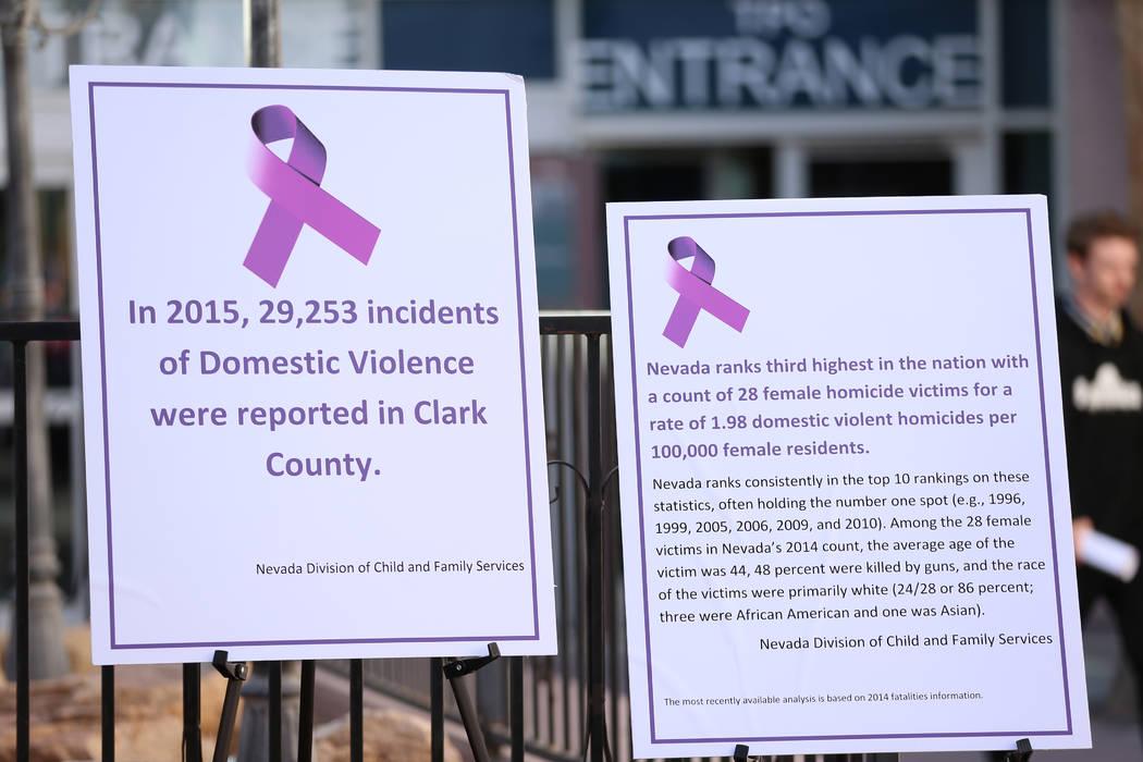 Letreros durante una conferencia de prensa sobre el Centro de Órdenes de Protección One-Stop ...