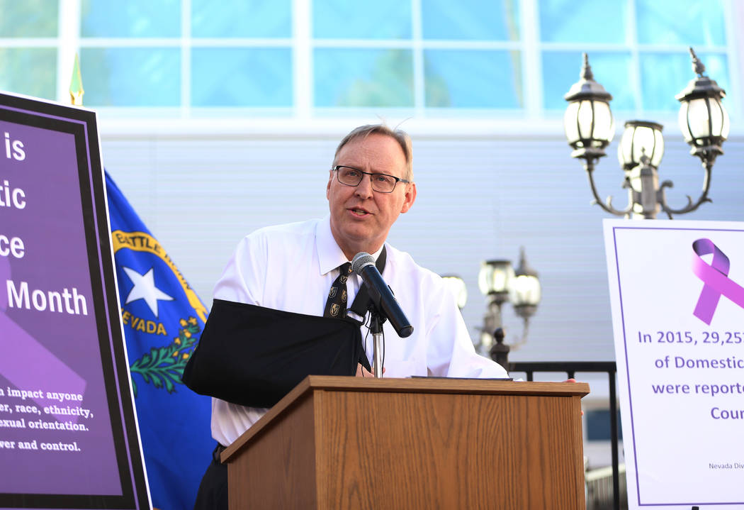 El Juez Presidente de la División de Familia, Bryce Duckworth, habla durante una conferencia d ...