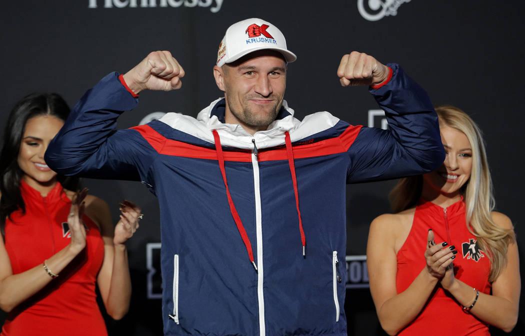Sergey Kovalev posa durante una llegada ceremonial para un próximo combate de boxeo el martes, ...