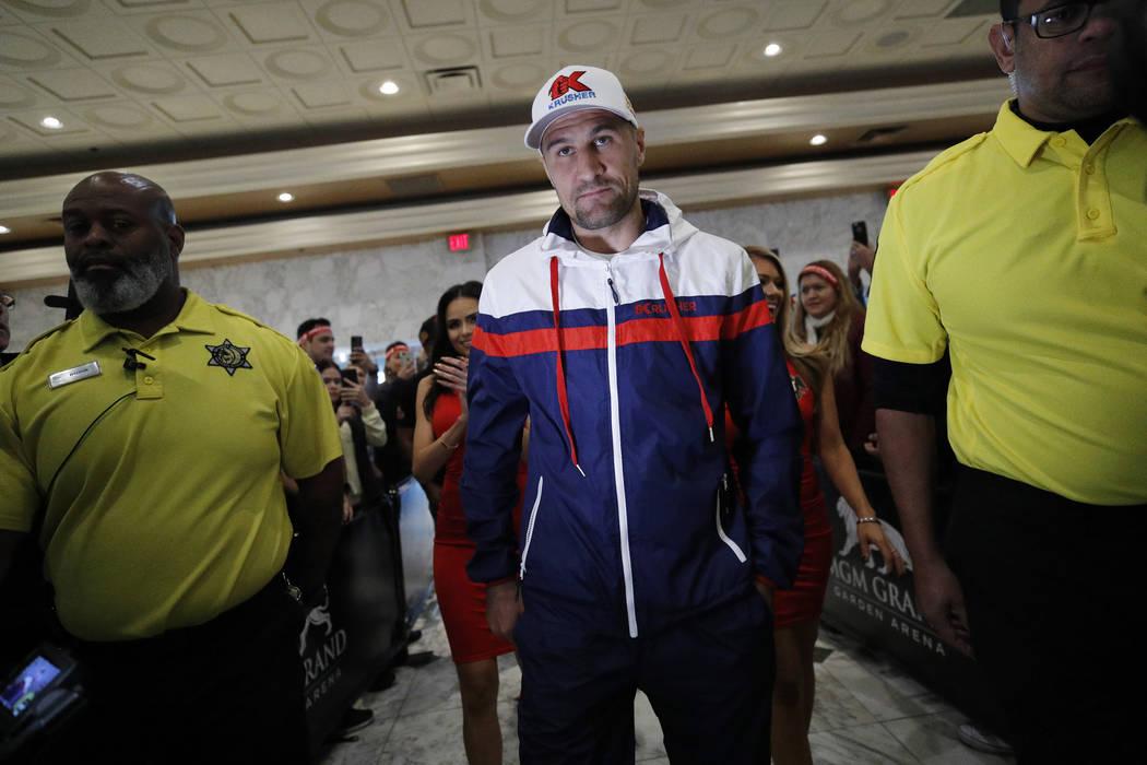 Sergey Kovalev camina entre la multitud durante una llegada ceremonial para un próximo combate ...