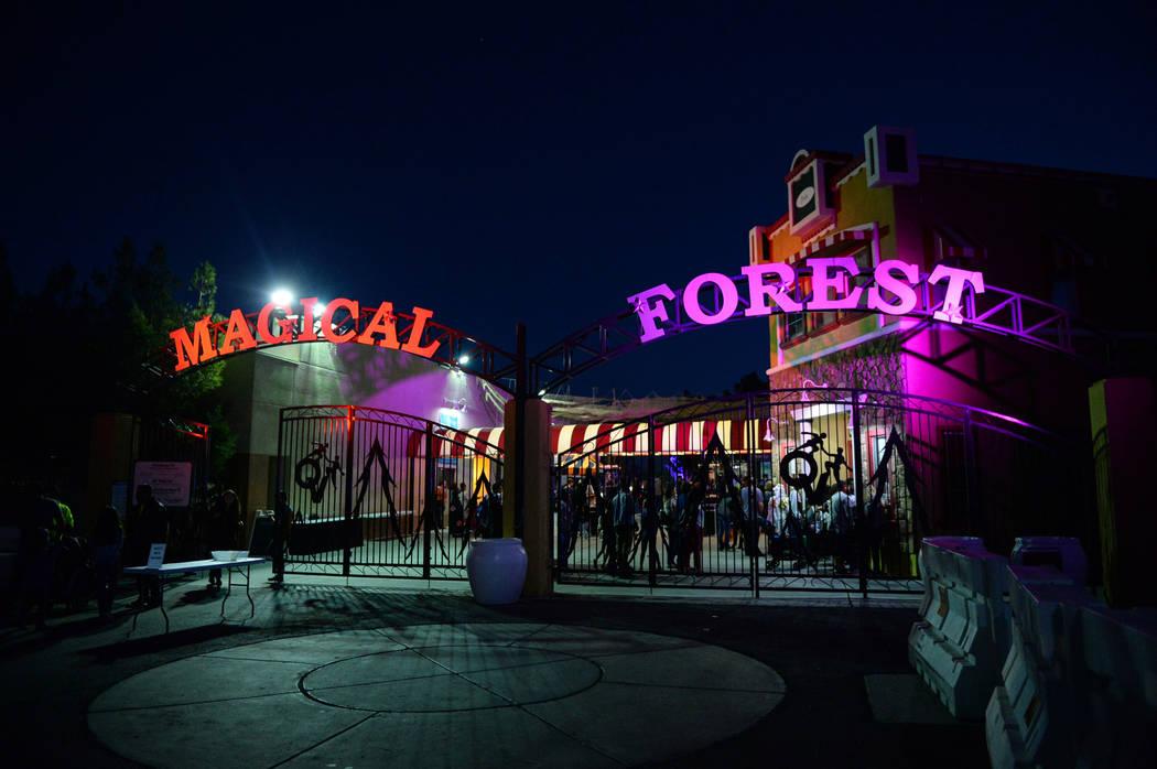 El Bosque Mágico de Opportunity Village está decorado con varios elementos y luces con temas ...