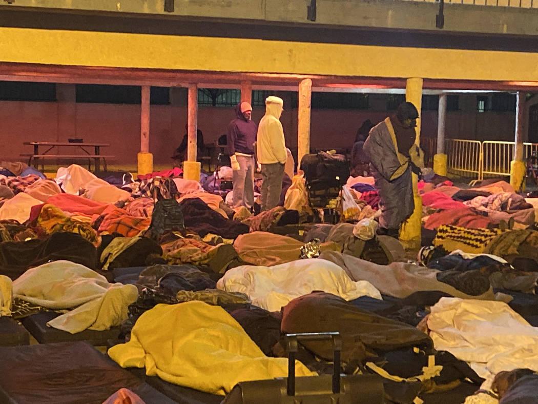 Las personas sin hogar se levantan temprano el jueves, 31 de octubre de 2019, después de pasar ...