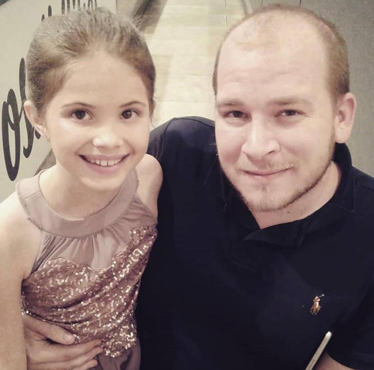 Nathanial Poulopoulos posa con la hija de su prometida de 10 años. Poulopoulos, de 28 años, m ...