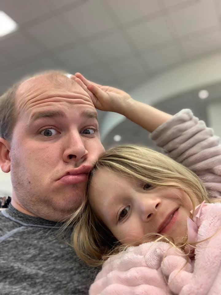 Nathanial Poulopoulos posa con su hija de cinco años. Poulopoulos, de 28 años, murió el mart ...