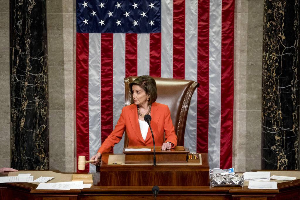 La presidenta de la Cámara de Representantes, Nancy Pelosi, de California, declara mientras la ...