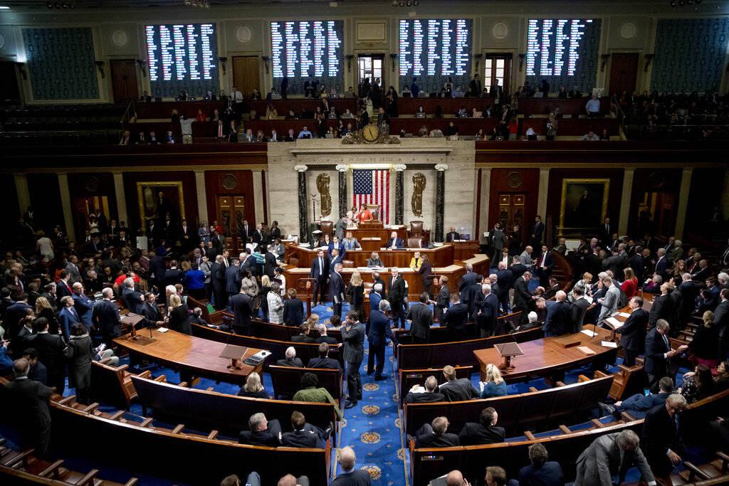 Los votos se muestran a medida que los miembros de la Cámara votan sobre una resolución sobre ...
