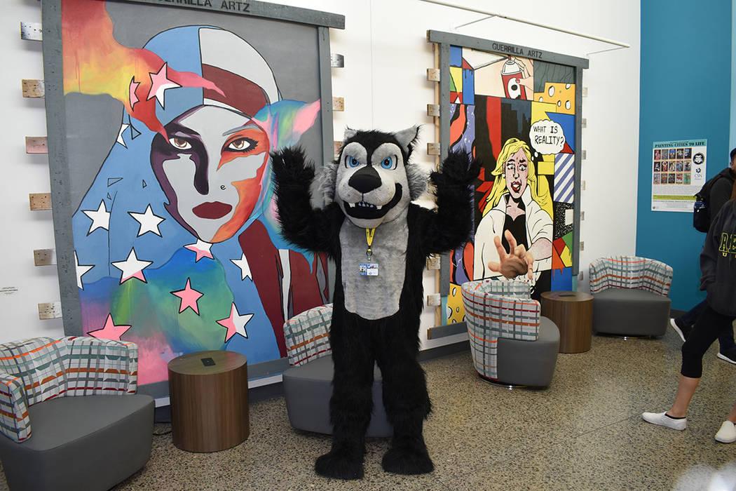 La mascota del Colegio del Sur de Nevada estuvo presente en el corte de listón inaugural. Mart ...