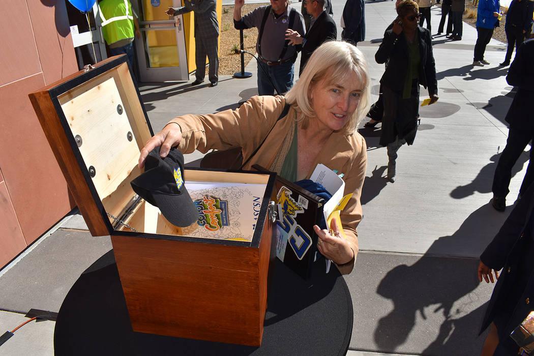 En la ceremonia del corte de listón inaugural, Sherry Paine, mostró el contenido de una 'ca ...