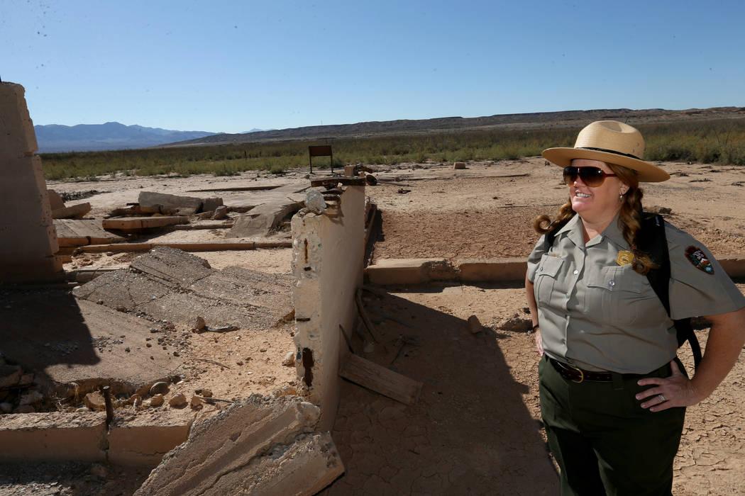 La vocera del Área Nacional de Recreación de Lake Mead, Christie Vanover, con los restos de l ...