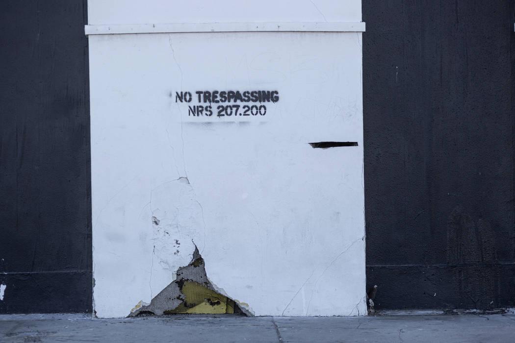 Un aviso de no pasar se muestra afuera del histórico Teatro Huntridge el jueves, 31 de octubre ...