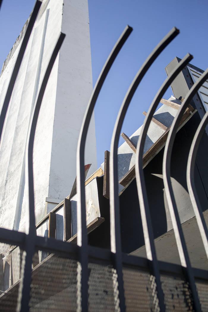 Una puerta de metal bloquea la entrada del histórico Teatro Huntridge el jueves, 31 de octubre ...