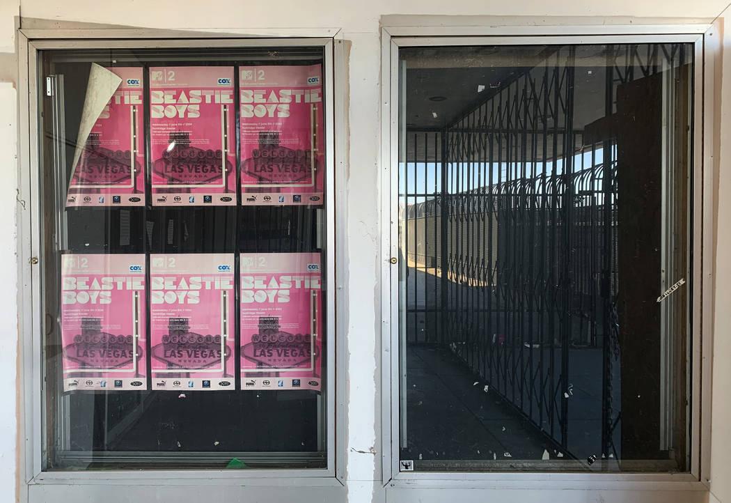 Los carteles de Beastie Boys que promocionan un concierto de junio de 2004 cuelgan fuera del hi ...