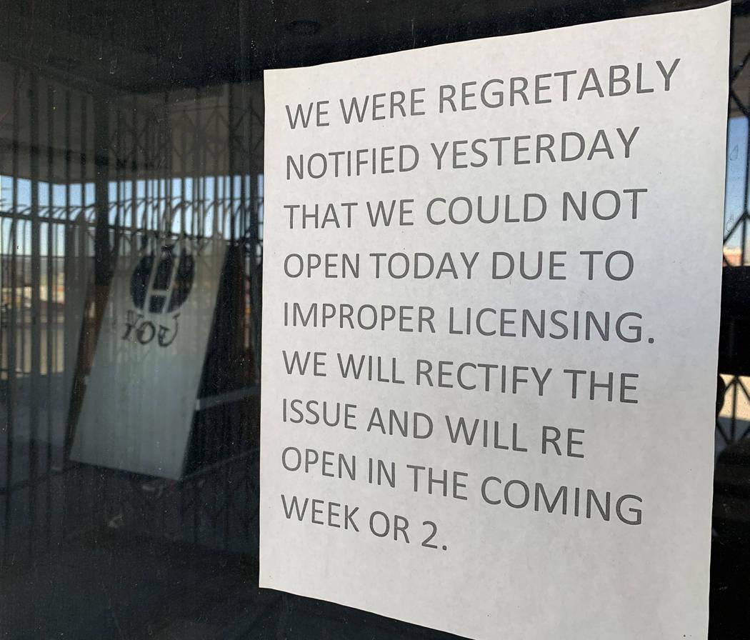 Un cartel que anuncia el cierre del histórico Teatro Huntridge cuelga en la ventana exterior e ...