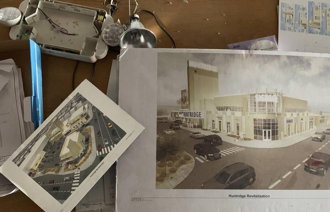 Representaciones del lobby del histórico Teatro Huntridge fotografiado el jueves, 31 de octubr ...