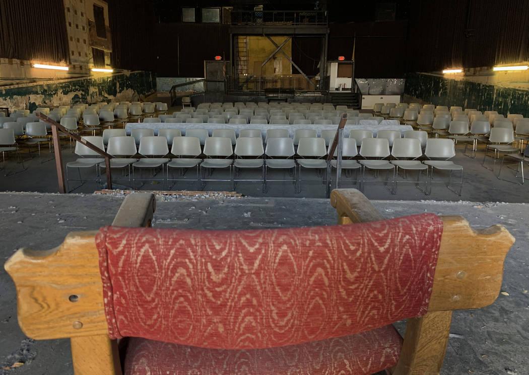 Una silla en el escenario en el histórico Teatro Huntridge fotografiado el jueves, 31 de octub ...