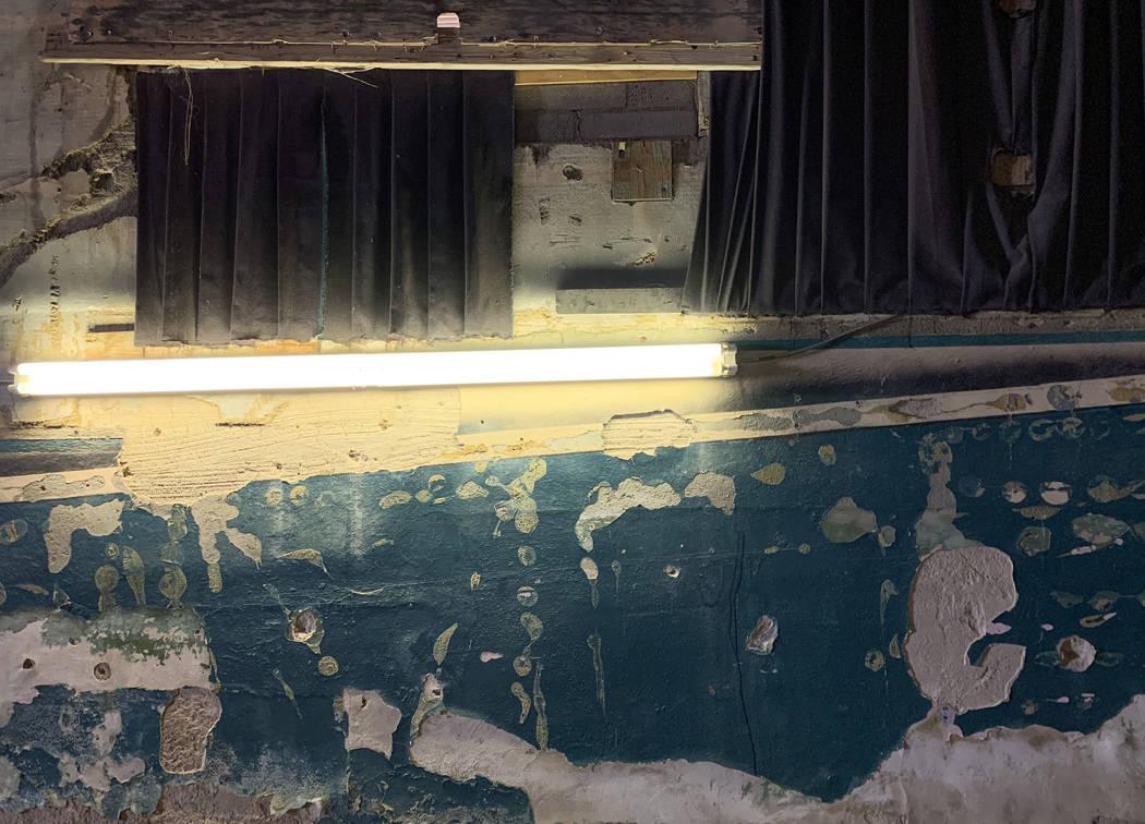 Pintura caída y deteriorada en las paredes del histórico Teatro Huntridge fotografiado el jue ...