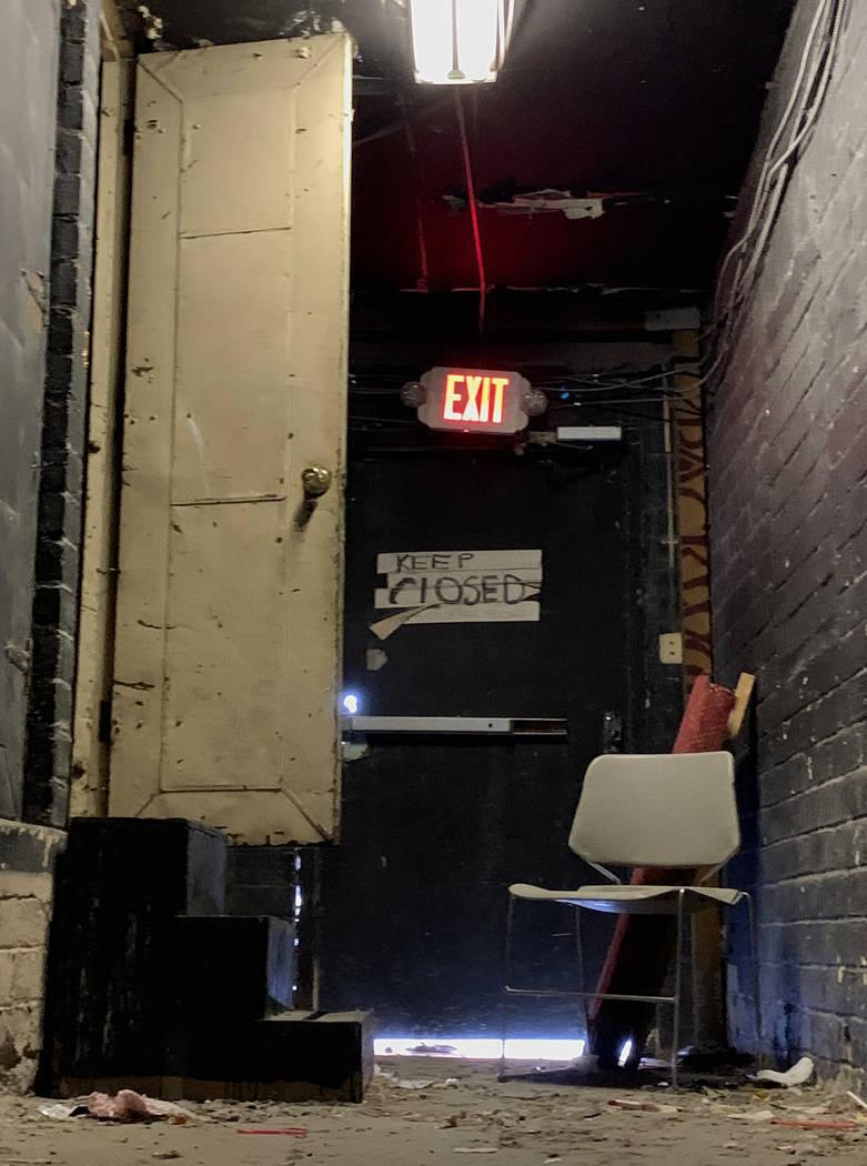 Un pasillo de salida del histórico Teatro Huntridge fotografiado el jueves, 31 de octubre de 2 ...