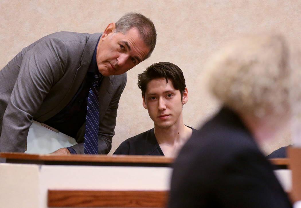 Giovanni Ruiz, de 21 años, segundo desde la izquierda, habla con su abogado, Gabriel Grasso, m ...