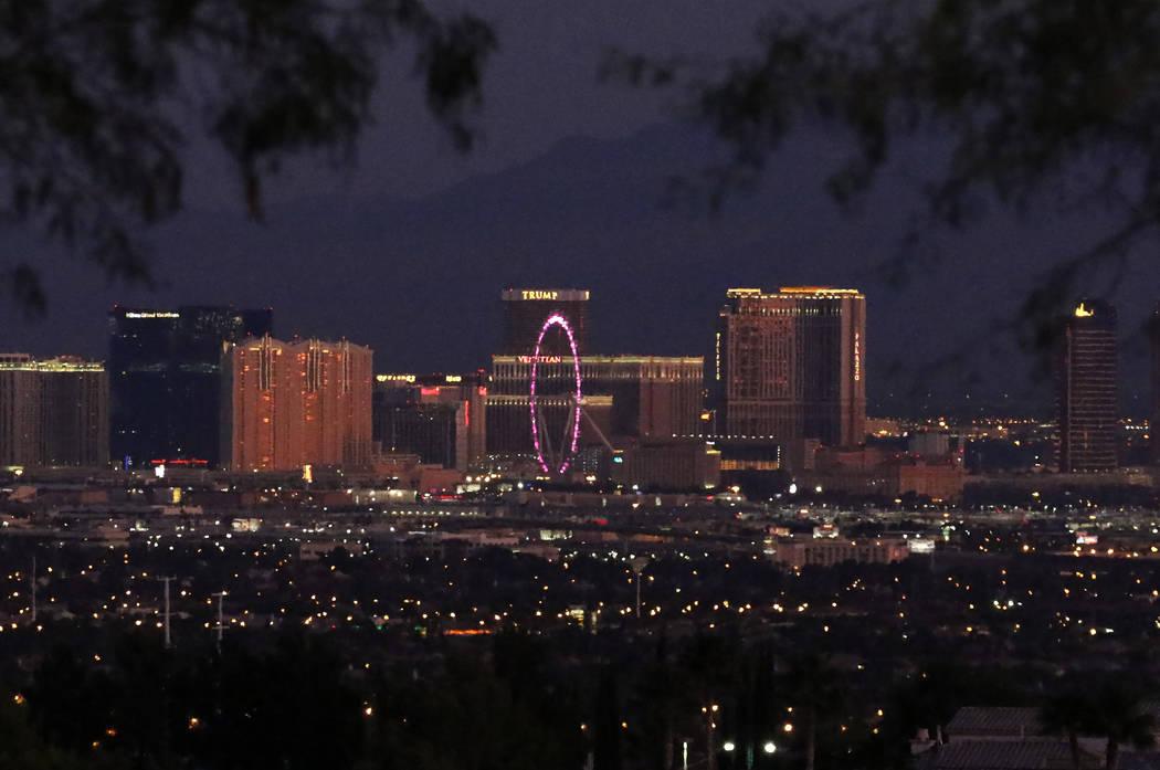 El Strip de Las Vegas al amanecer visto desde Henderson el lunes, 4 de noviembre de 2019. (Bizu ...