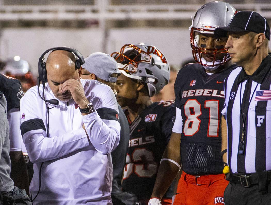 El entrenador en jefe de los UNLV Rebels, Tony Sánchez, se muestra consternado en un partido c ...