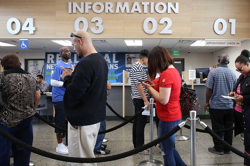 Clientes esperan en línea del DMV en la oficina de Sahara el viernes, 10 de mayo de 2019 en La ...