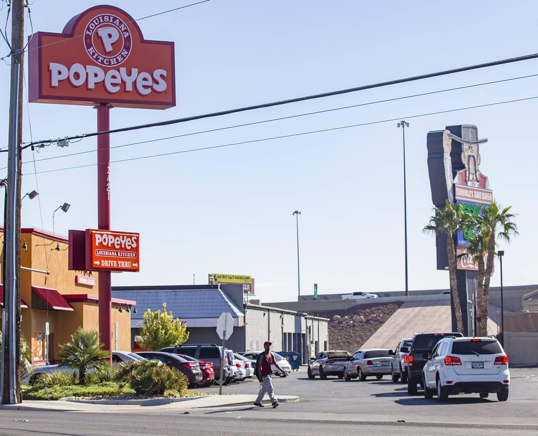 Una larga fila de autos en Popeye's de Bonanza Road en Las Vegas el domingo, 3 de noviembre de ...