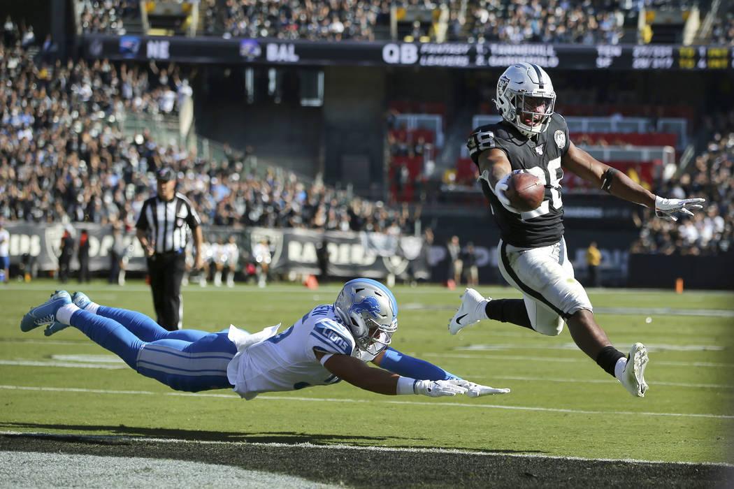 El corredor de los Oakland Raiders, Josh Jacobs (28), corre para un touchdown más allá del de ...