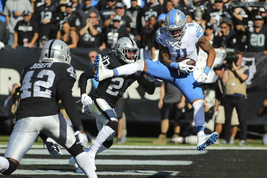 El receptor abierto de los Detroit Lions, Marvin Jones Jr. (11), atrapa un pase de touchdown co ...