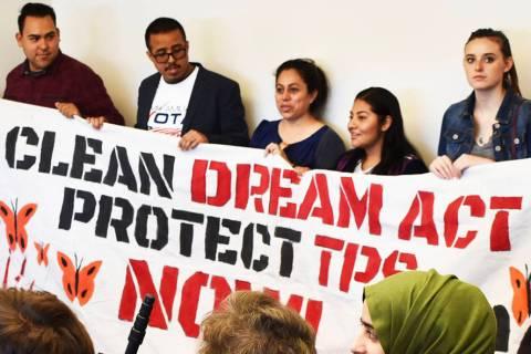 ARCHIVO.- Representantes de organizaciones y jóvenes recipientes de DACA se unieron para segui ...