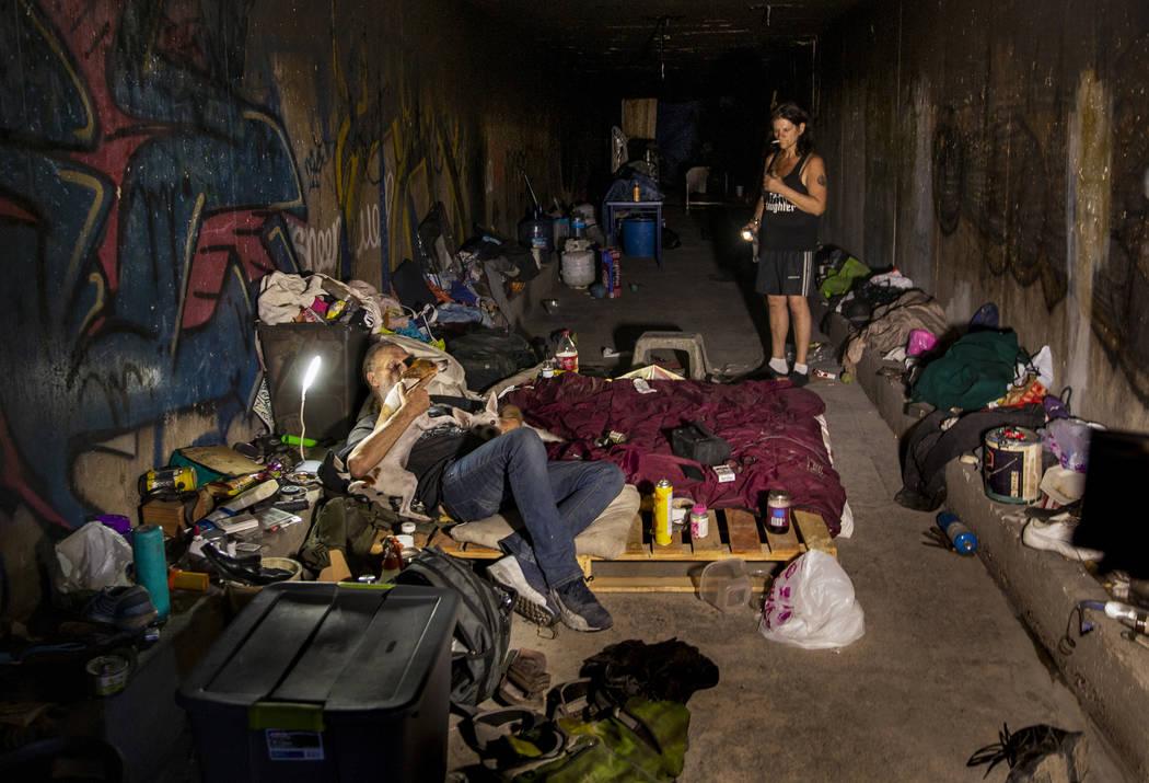 Una pareja de personas sin hogar aparece en su casa en los túneles de drenaje cerca de Dean Ma ...