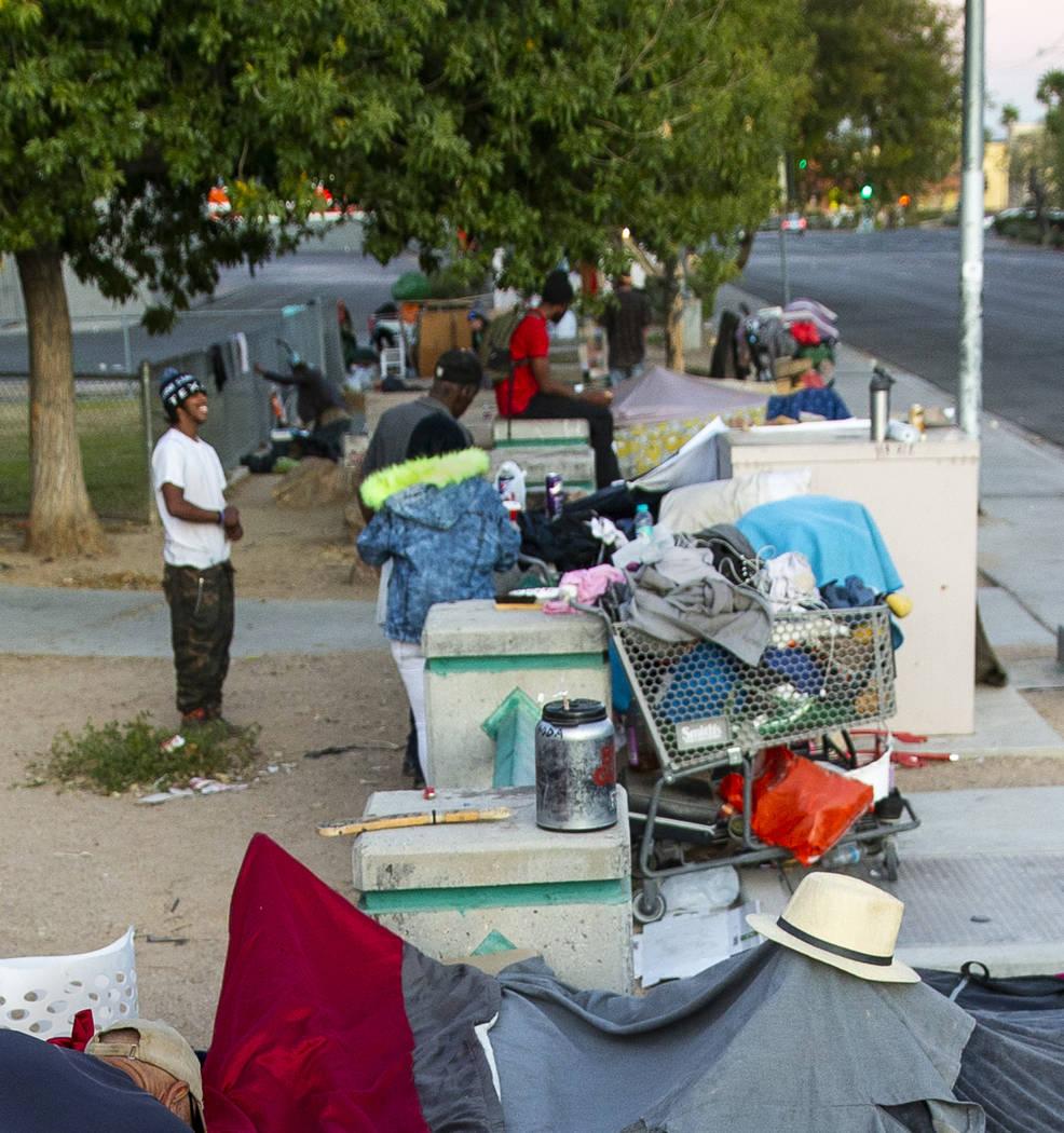 Pertenencias en un campamento para personas sin hogar en el Molasky Family Park en la avenida E ...