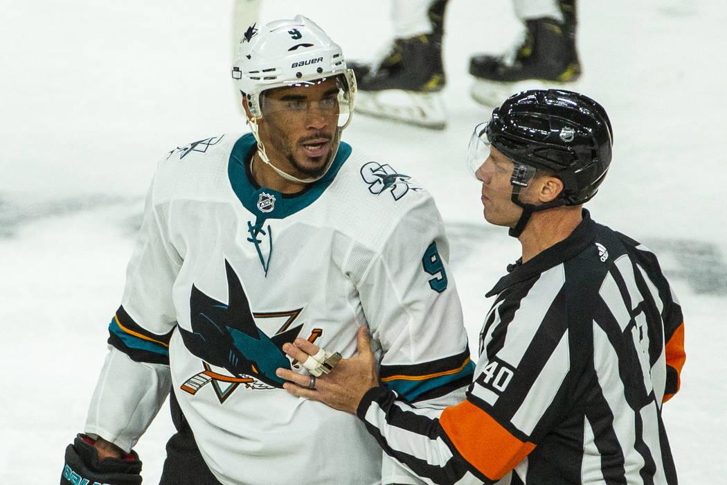 El ala izquierda de los San José Sharks, Evander Kane (9), discute con un árbitro después de ...