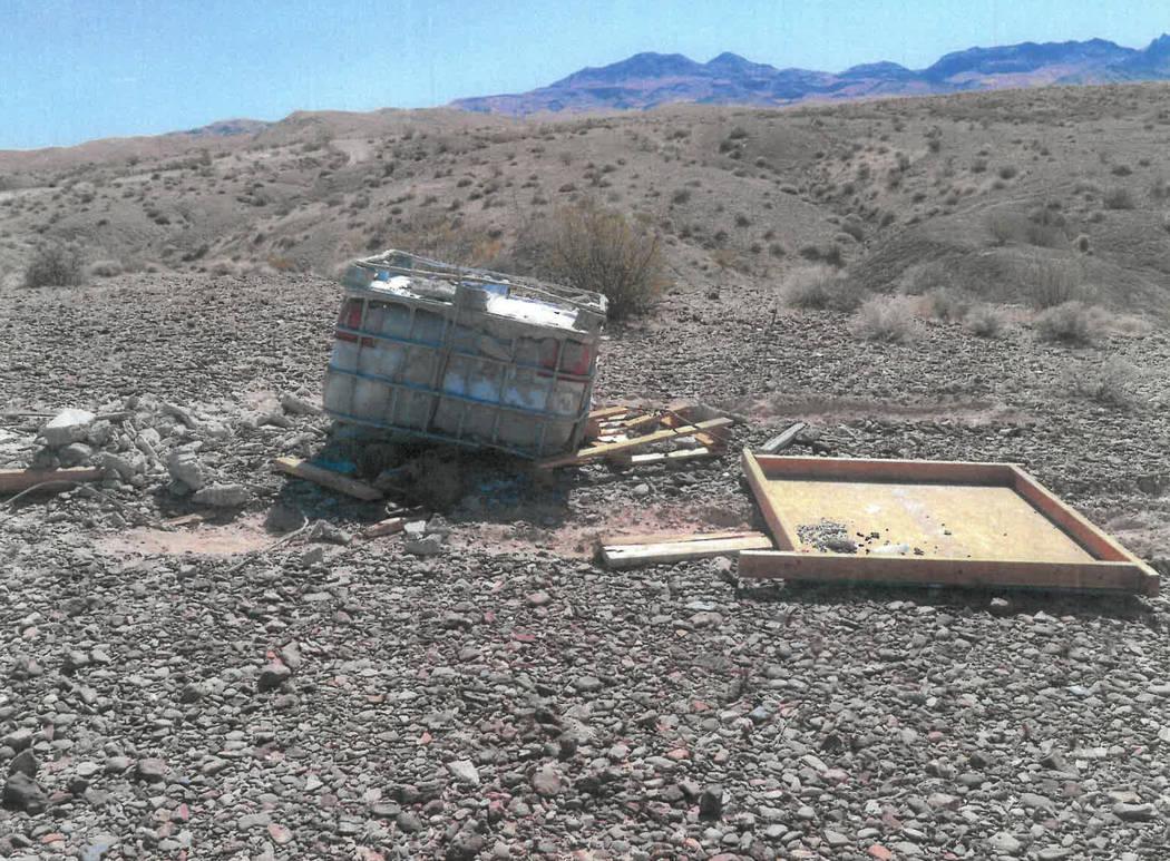 Un tanque de agua de 250 galones, sellado en concreto y madera, que según las autoridades cont ...