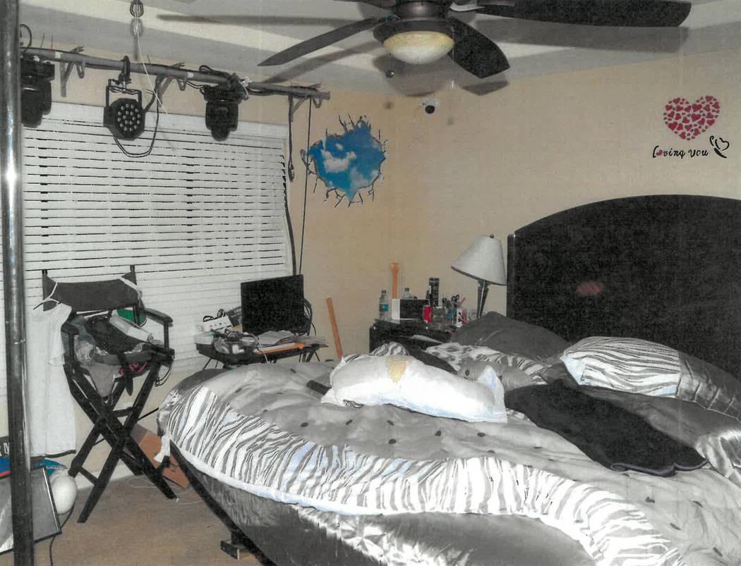 El dormitorio de Christopher Prestipino donde la modelo de Las Vegas, Esmeralda González, fue ...