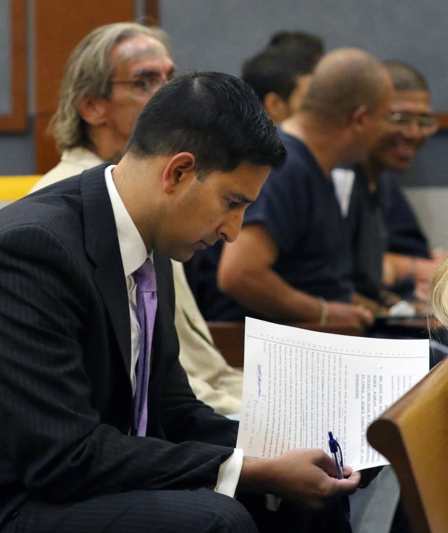 El vicefiscal de distrito Jay P. Raman, revisa documentos antes de una audiencia en el Centro d ...